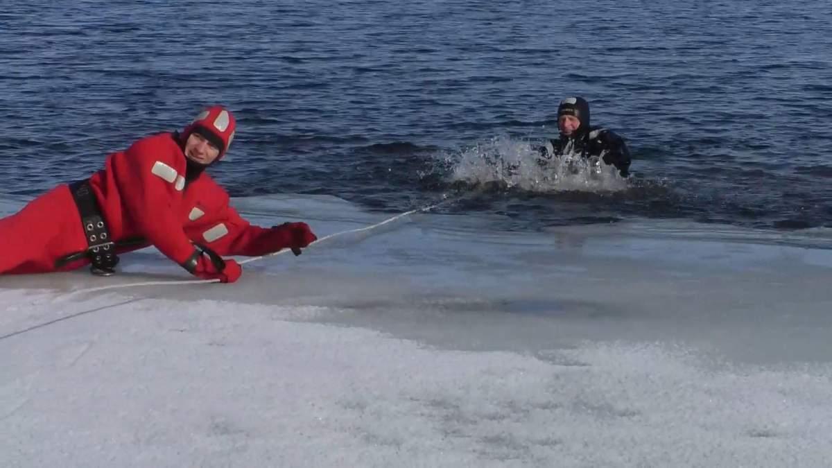 Спасатели провели учения, как выбраться из-под льда