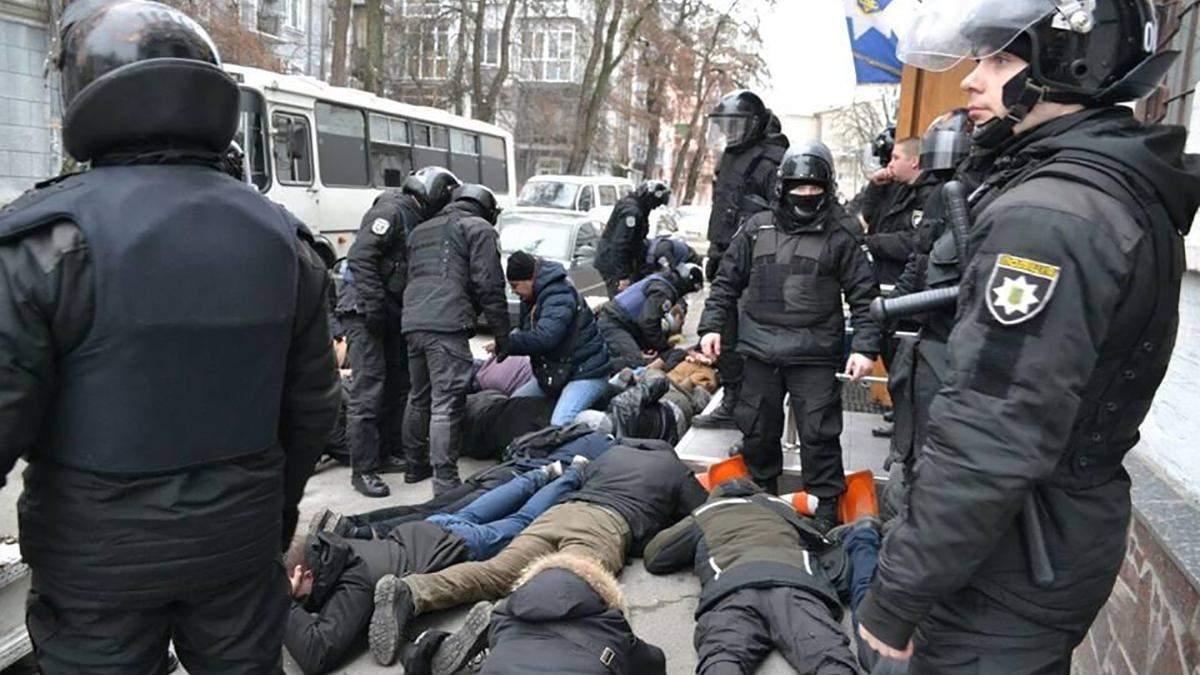 """""""Лягай, Бандеро"""": яке покарання загрожує поліцейському, що бив лежачого активіста"""