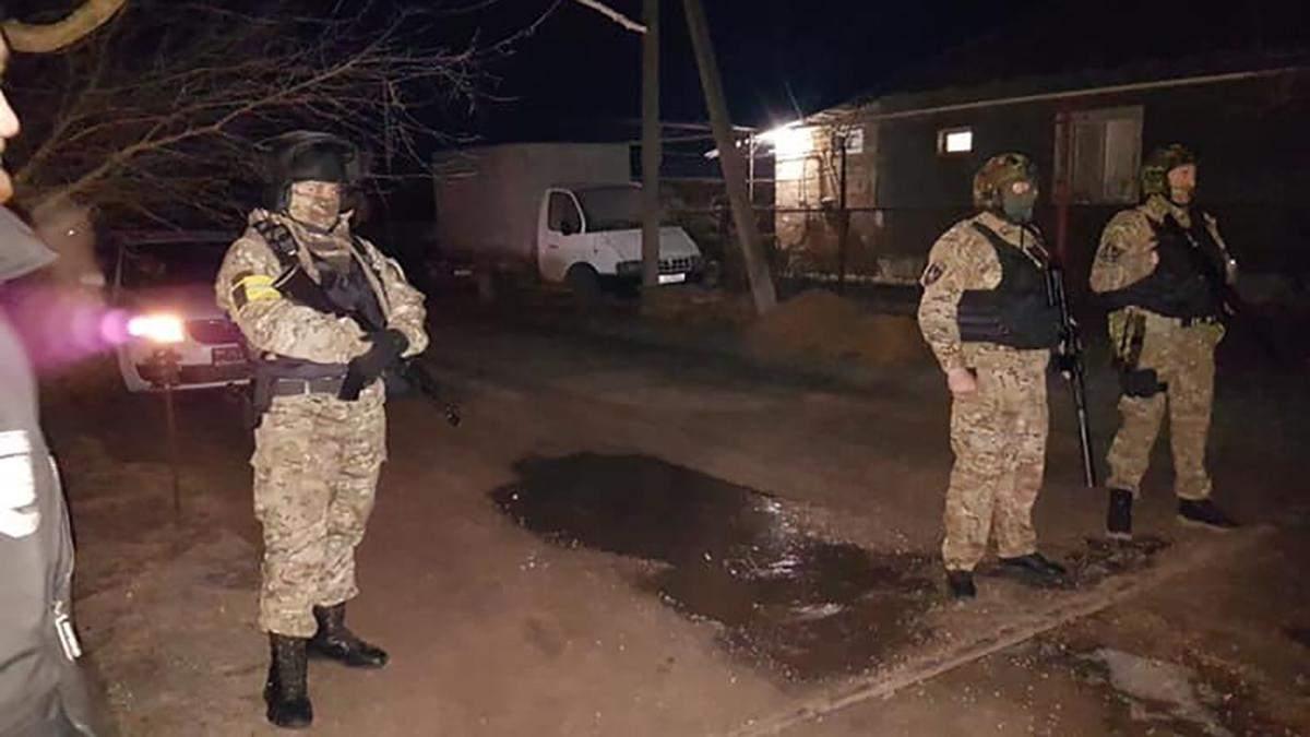 ФСБшники ворвались в дома крымских активистов с обысками: фото и видео