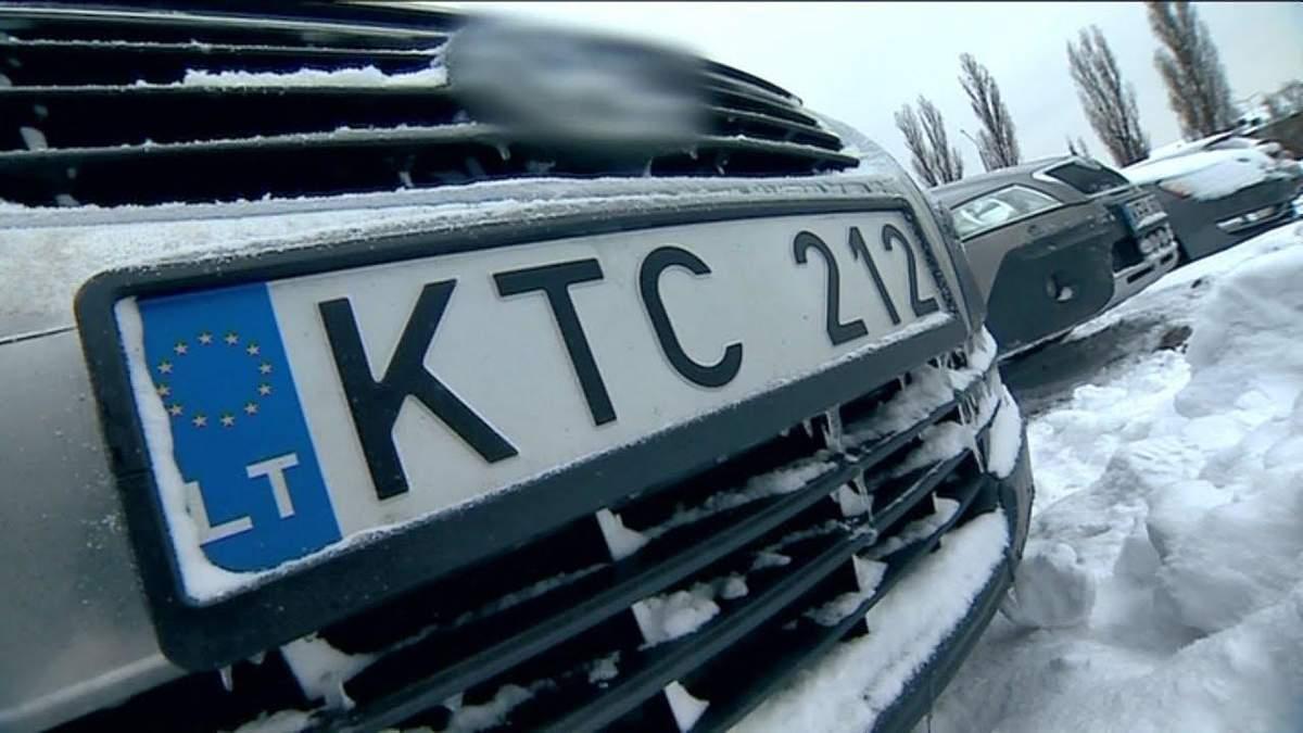 До будинку Порошенка прийшли активісти з вимогою розмитнити авто за 300 євро: фото