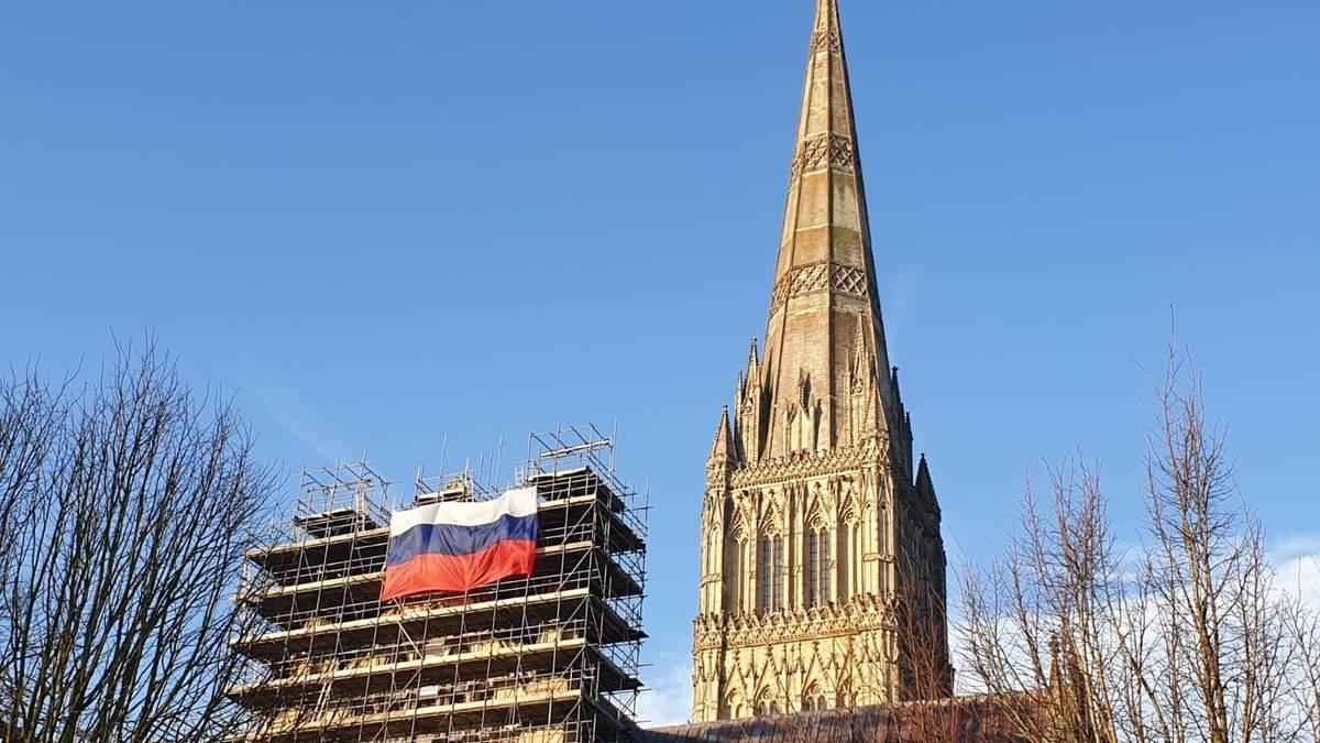 На соборі у Солсбері з'явився російський прапор