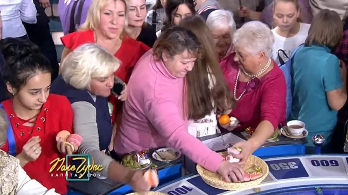 """В России зрители на шоу """"Поле чудес"""" набросились на халявную еду: курьезное видео"""