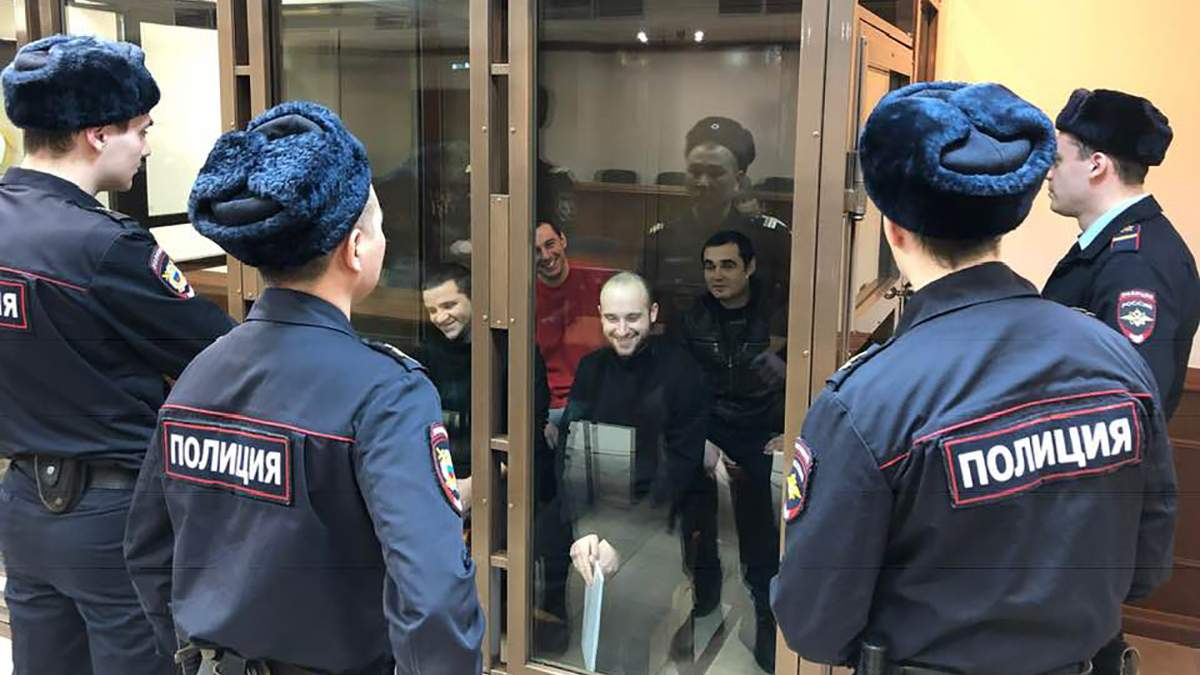 Сміються росіянам в очі: з'явилося унікальне фото українських моряків з суду у РФ