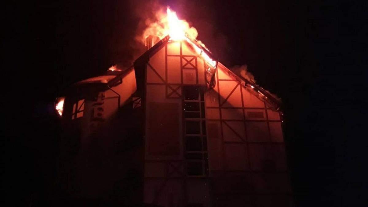 На гірськолижному курорті Львівщини сталась масштабна пожежа у готелі