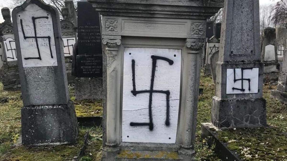 Вандали спаплюжили десятки могил на єврейському кладовищі у Франції