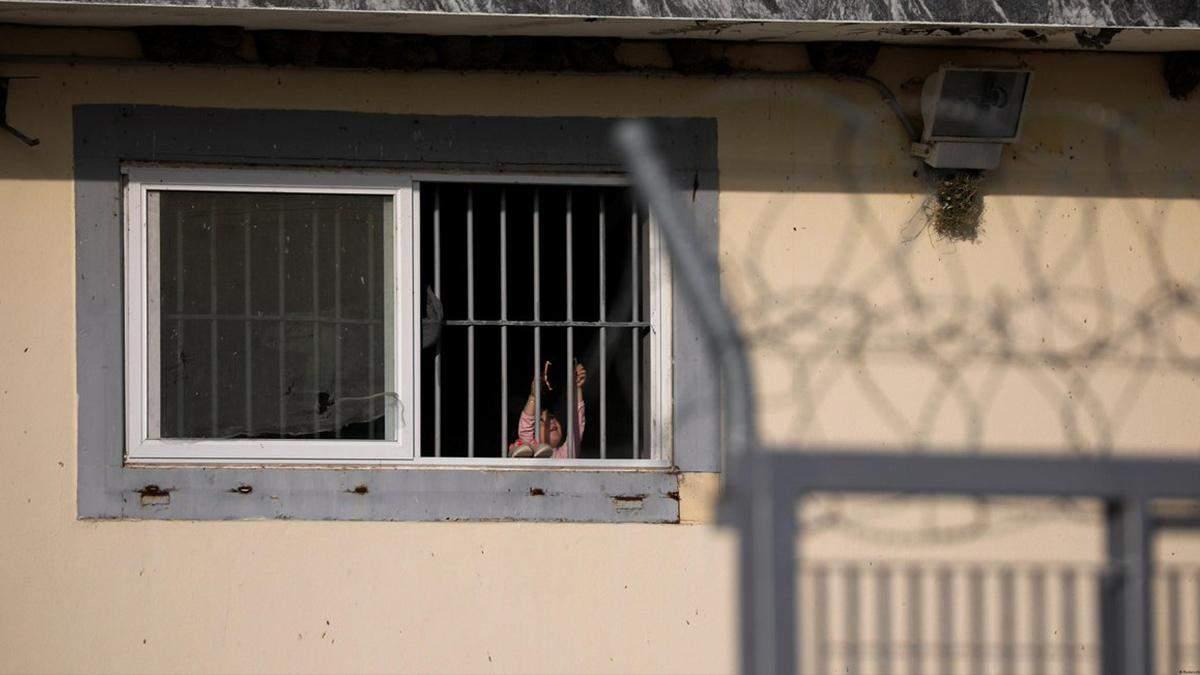В одній кімнаті живе до 95 мігрантів: Європа засудила Грецію за жахливі умови для біженців