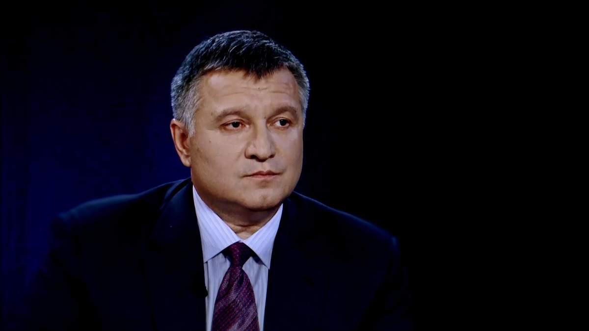 Арсен Аваков намагається показати, що він поза політикою