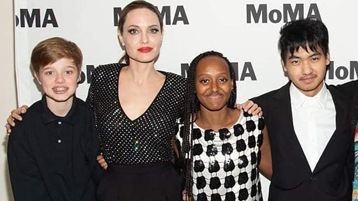 Анджелина Джоли с дочерьми Шайло и Захарой и сыном Мэддоксом