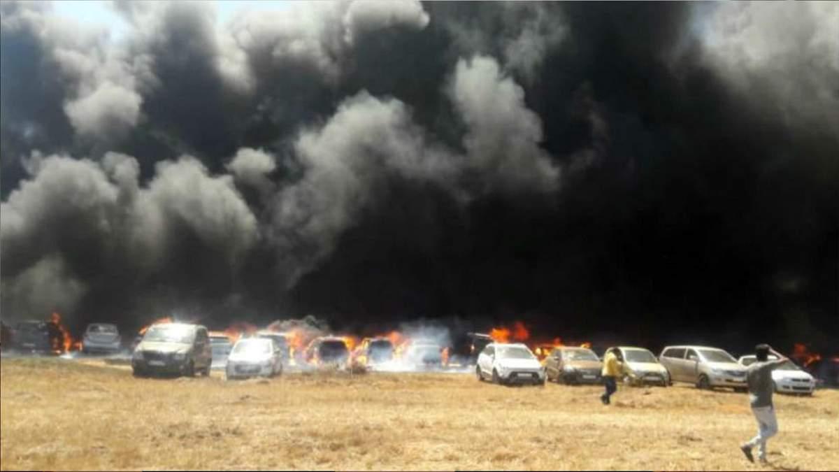 В Индии на масштабном авиашоу сгорело около 300 автомобилей: видео