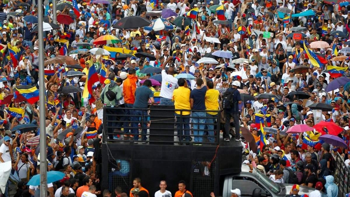 Венесуельські солдати застосовують сльозогінний газ та гумові кулі проти активістів: є жертви