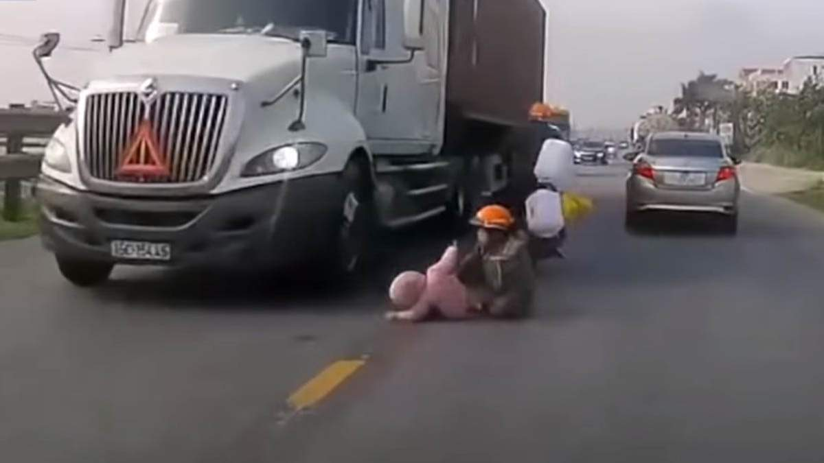 Жінка врятувала дитину, яка випала під колеса фури