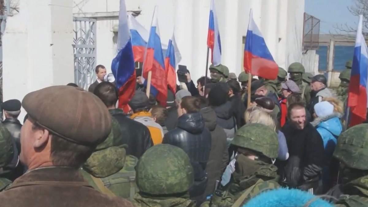 """""""Живой щит"""" во время захвата военной базы в Новоозерном"""