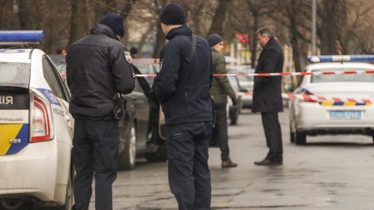 Чоловік у поліцейській формі застрелив водія Mercedes у Києві: фото і відео