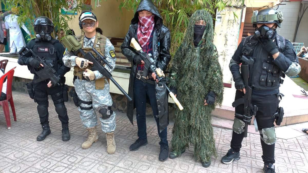 Ван Фам (другий ліворуч) демонструє образ українського воїна поряд із іншими косплеєрами