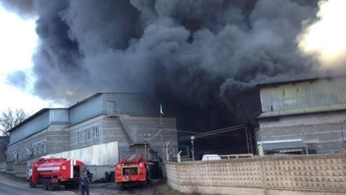 Масштабна пожежа на Дніпропетровщині: горів завод виробів з пластику (фото, відео)