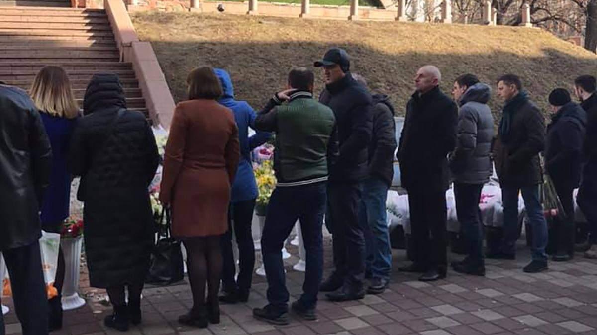 8 березня вже близько: черга за квітами у Києві вражає