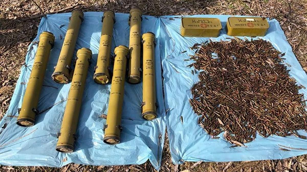 """Ракети, гранати, вибухівка: на Київщині виявили """"закладки"""" зі зброї, вивезеної з Донбасу"""