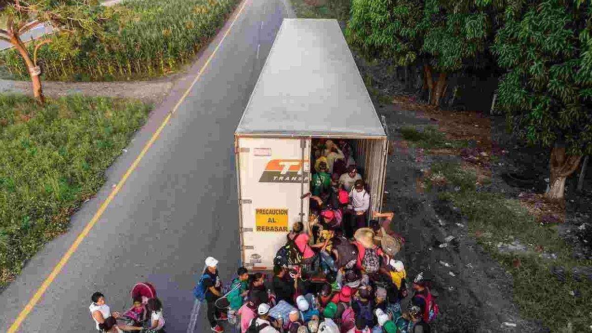 В Мексике перевернулся грузовик с мигрантами: много погибших