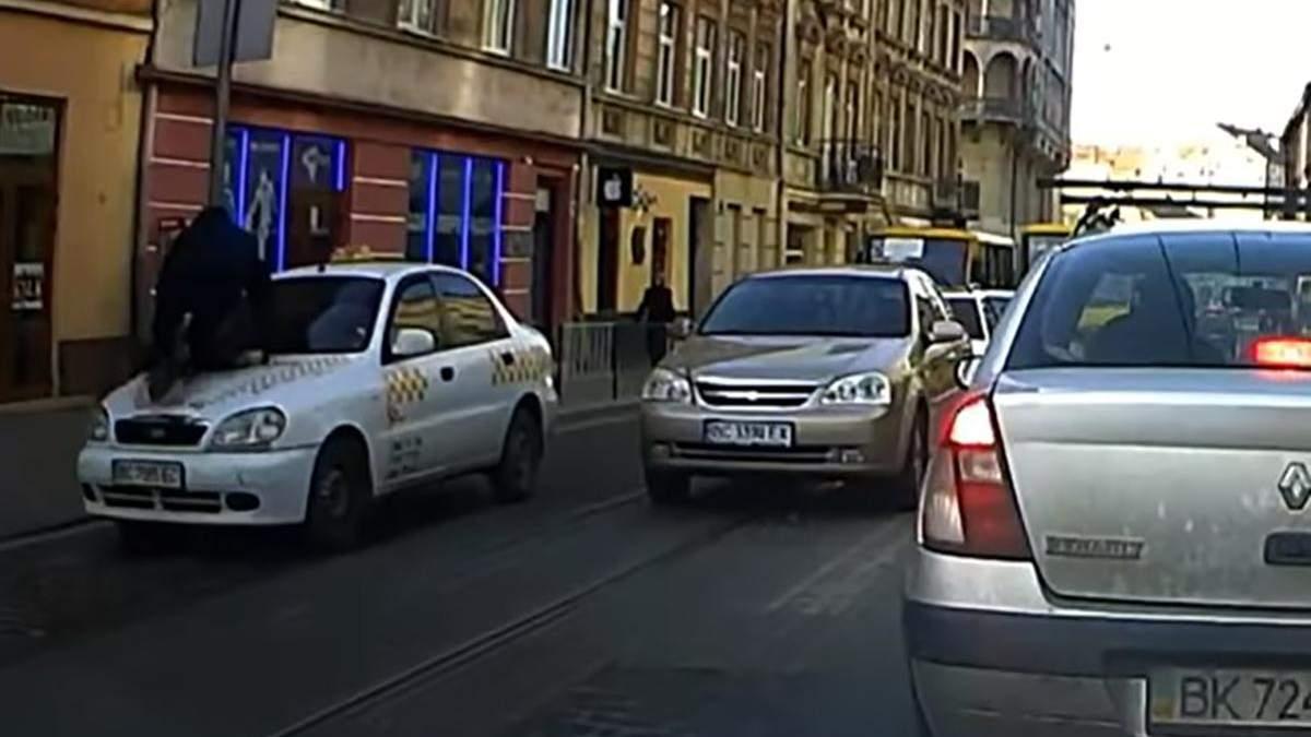 В центре Львова таксист сбил пешехода и провез его на капоте: видео