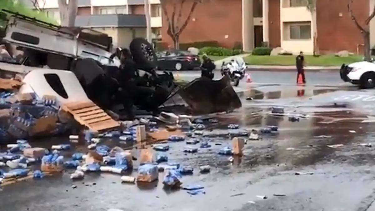 В Калифорнии перевернулся грузовик с пивом: видео