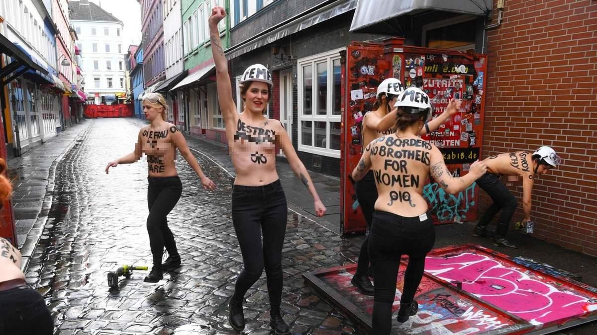 """Обнаженные активистки Femen """"разрушали патриархат"""" в немецком Гамбурге: фото 18+"""
