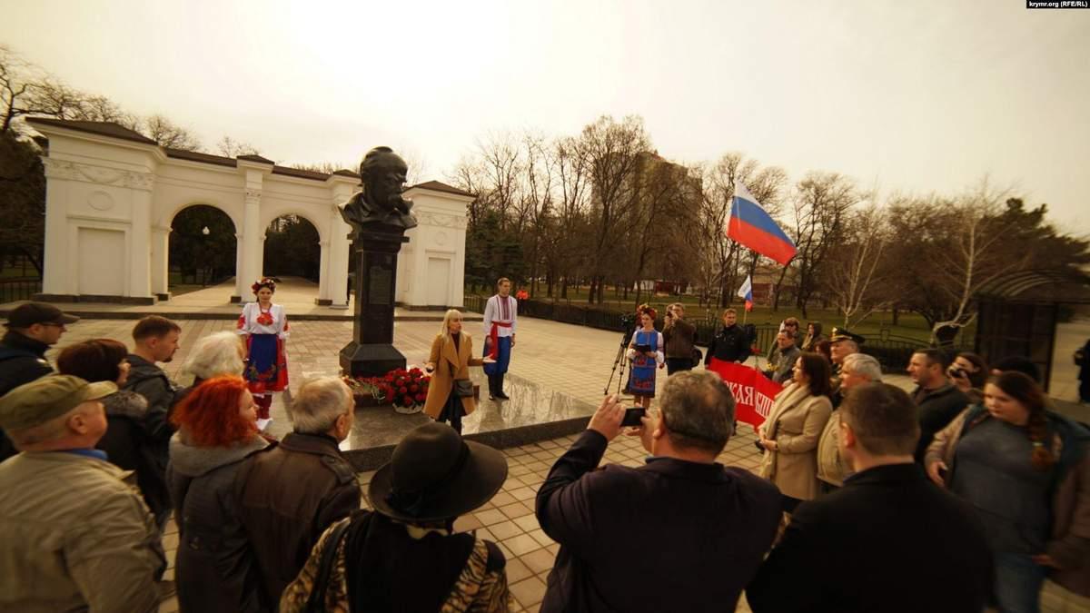 """Российские флаги, полиция и """"Шевченко наш"""": как прихвостни Кремля чествовали Кобзаря в Крыму"""