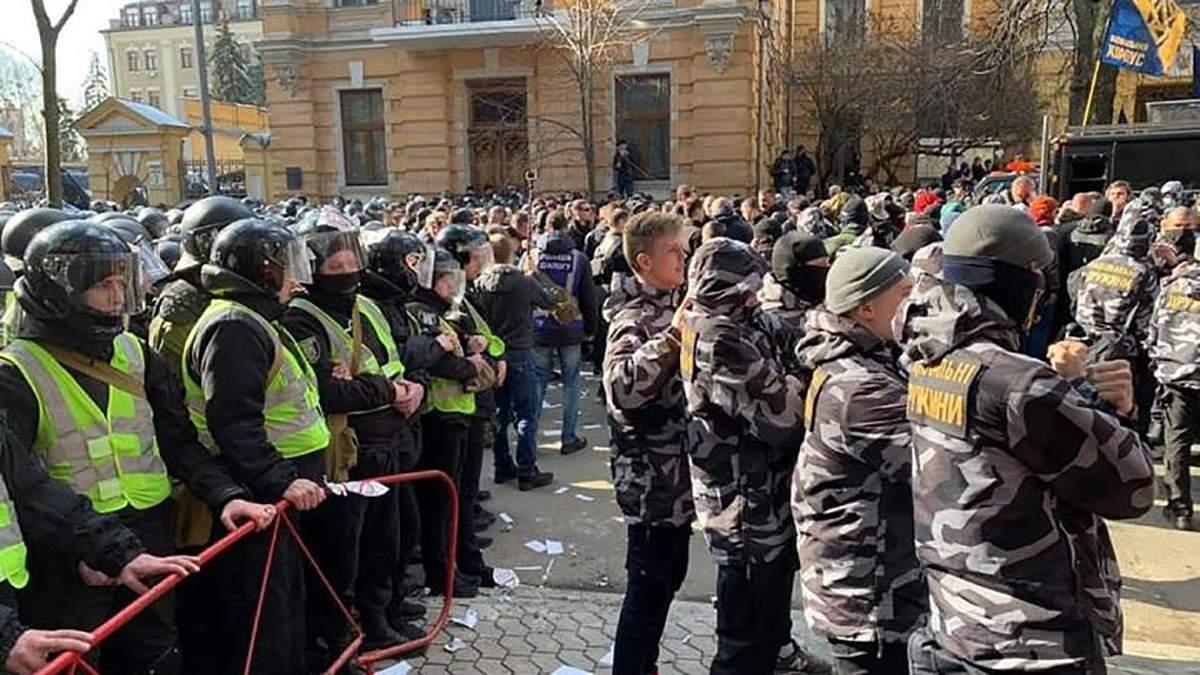 Між правоохоронцями та Нацкорпусом спалахнули сутички під АП у Києві