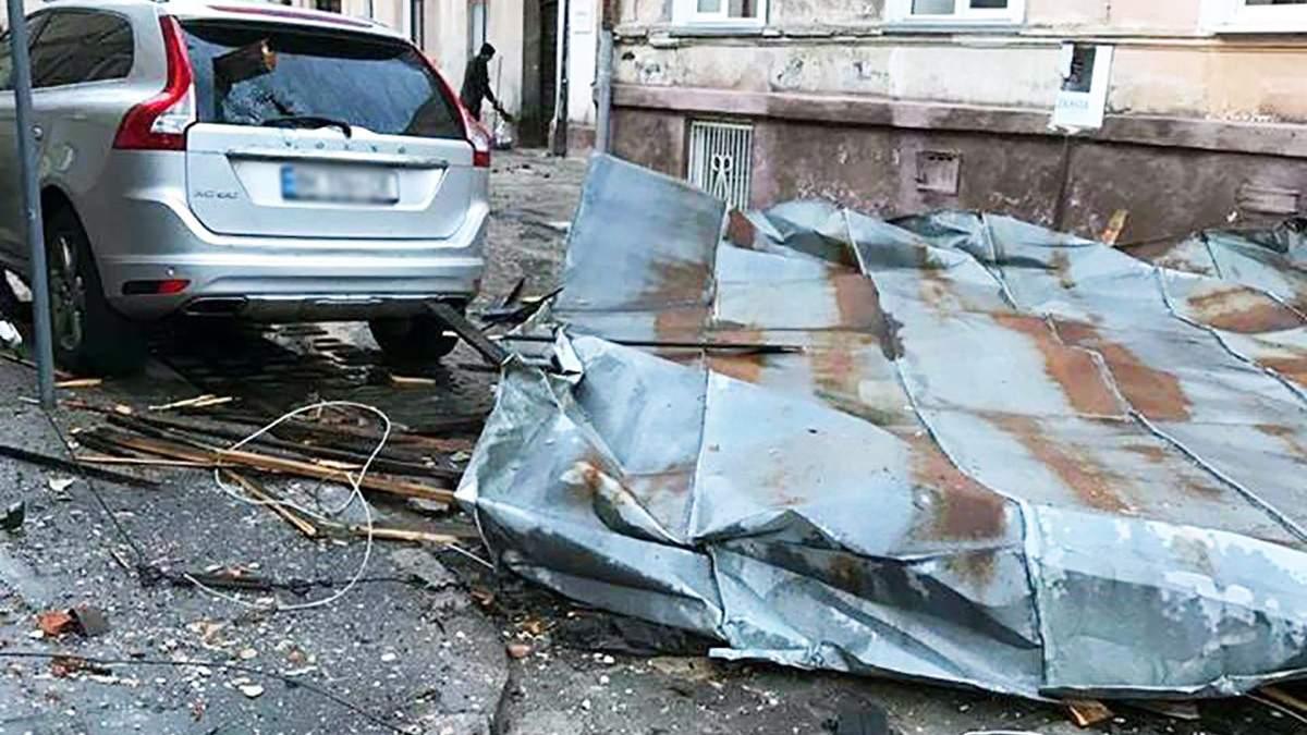 Мощный ветер сорвал крышу с дома в центре Львова: фото
