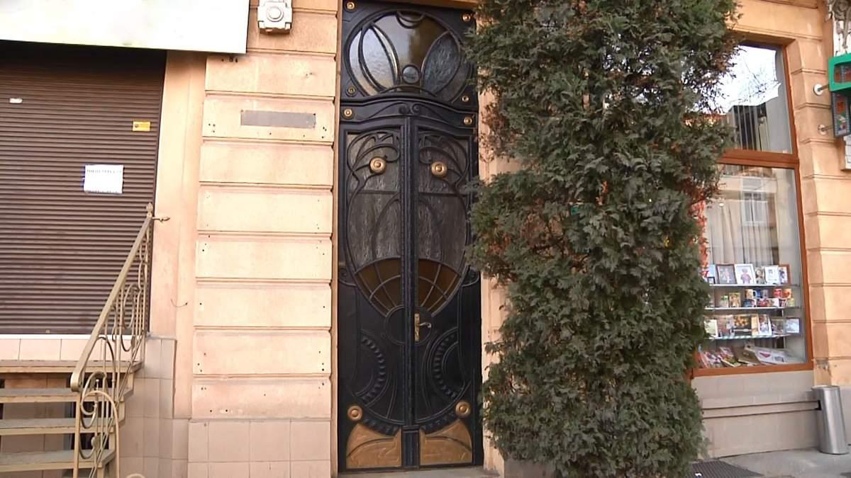 Благодійна реставрація: активісти рятують старовинні двері Івано-Франківська