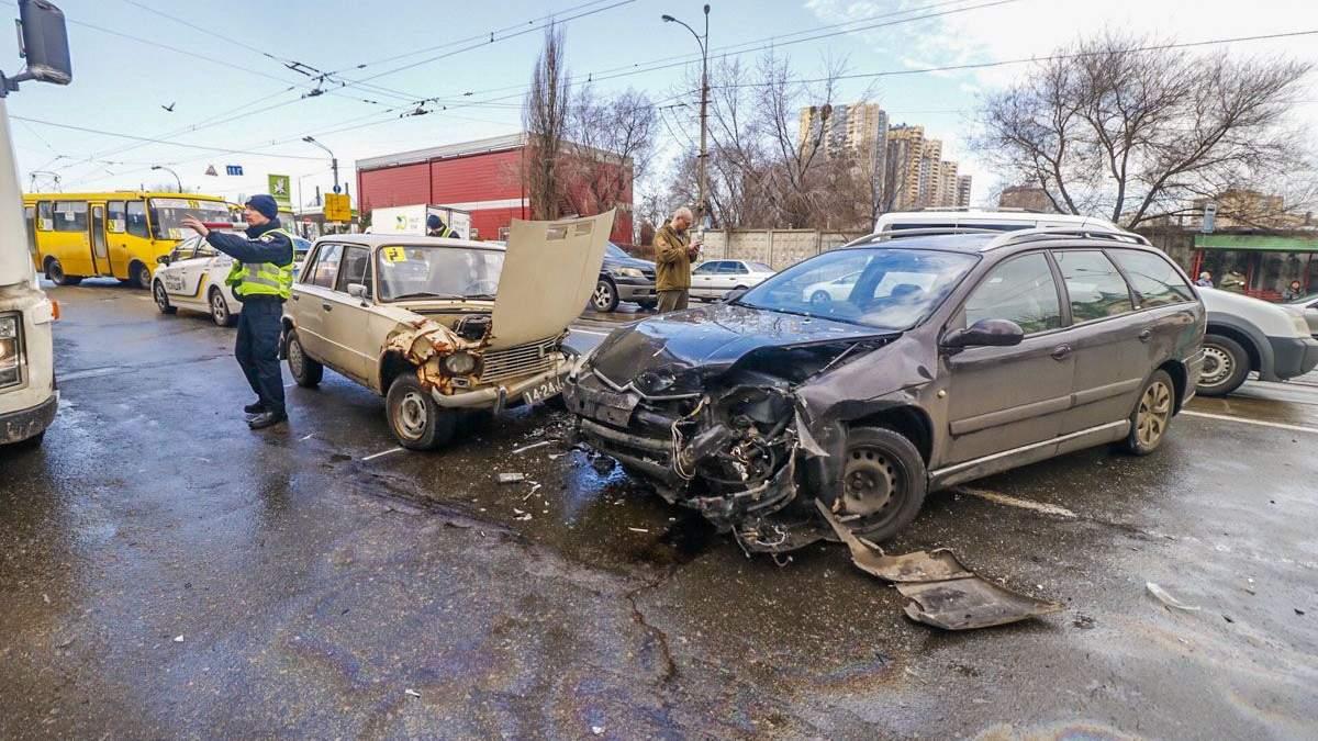 В Киеве Sitroen сбил женщину и ребенка: фото, видео