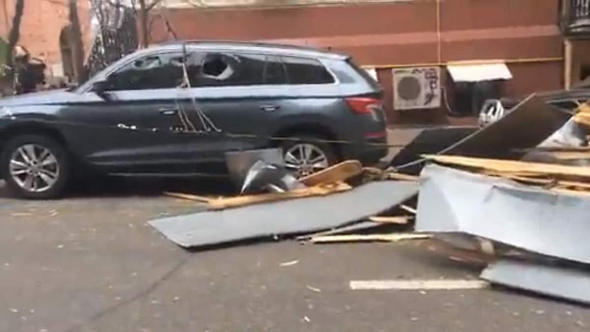 У центрі Києва потужний вітер звалив дах багатоповерхівки на дорогу: фото, відео