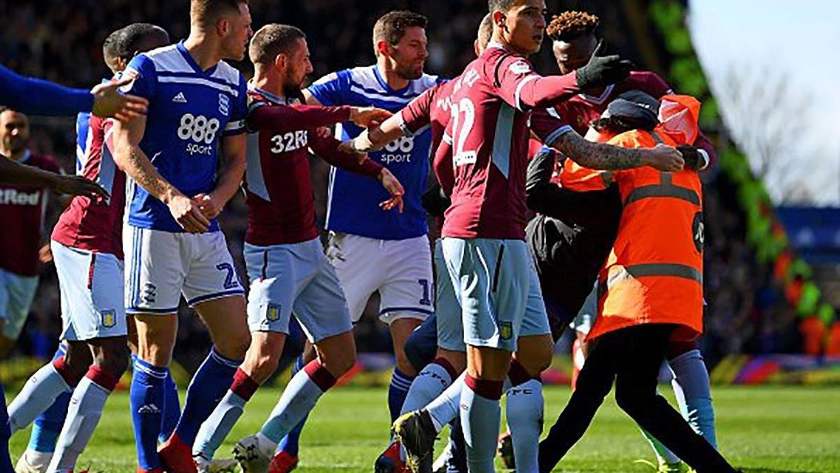 В Англії брутальний фанат відправив футболіста у нокдаун