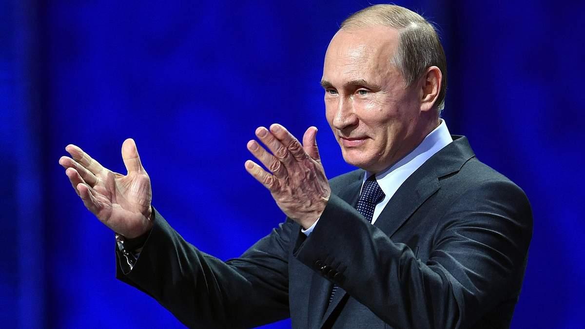 """У Росії активісти встановили """"могилу"""" Путіна з фото та поточним роком смерті"""