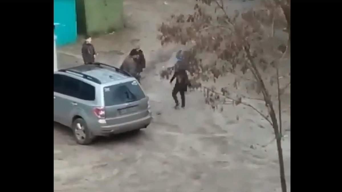В Харькове группа малолетних напала на прохожего: возмутительные кадры
