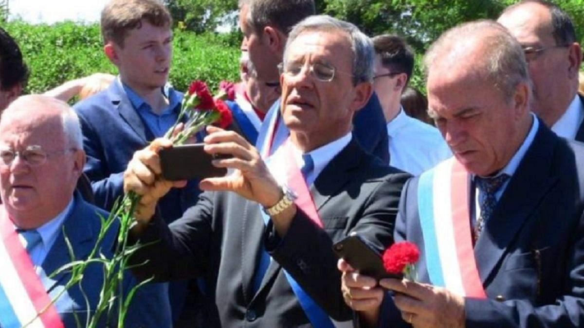 В центре экс-депутат парламента Франции Тьерри Мариани