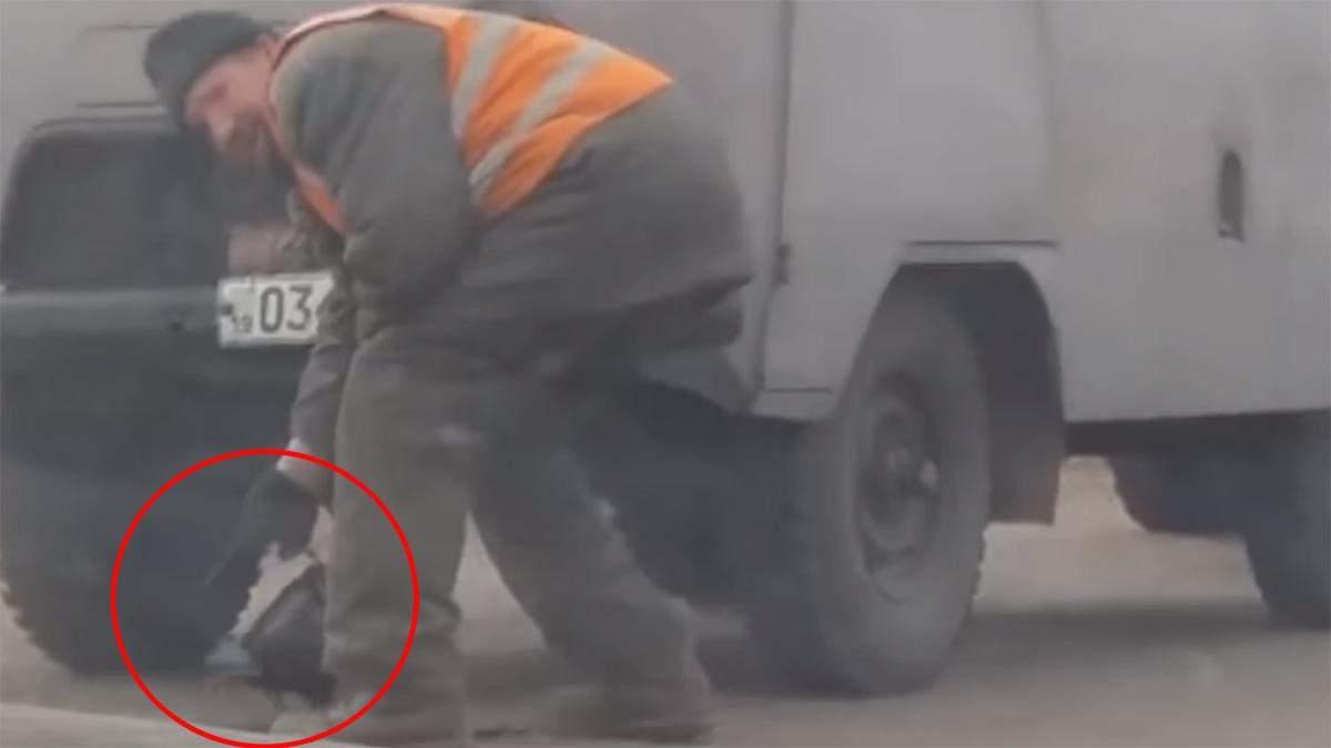 Нанотехнологии по-украински: на Сумщине ямы на дорогах латали с помощью чайника – видео