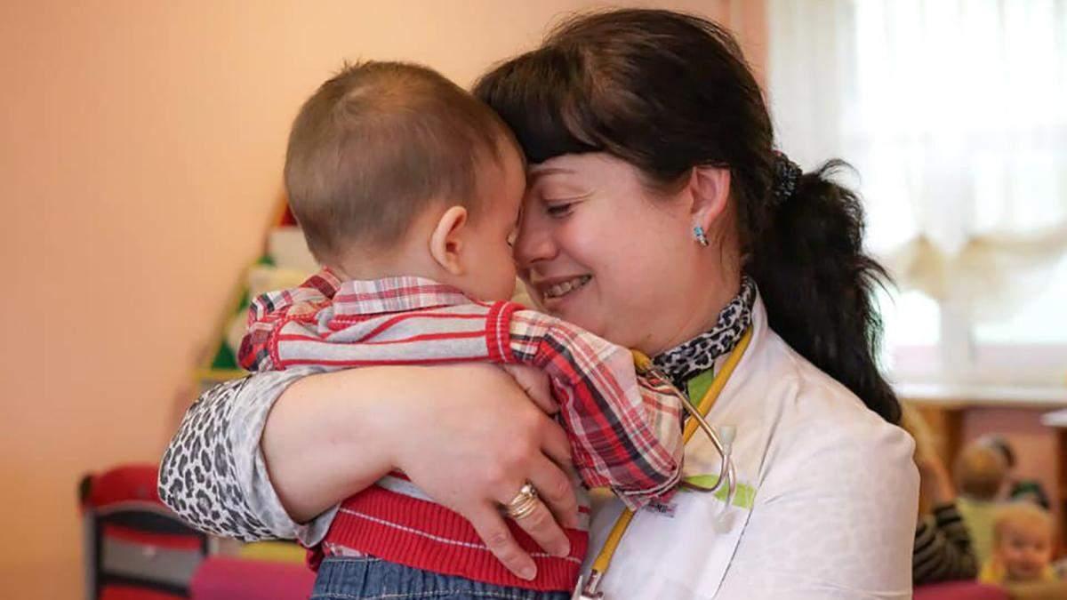 Малюка, якого українка покинула у Москві, повернули додому