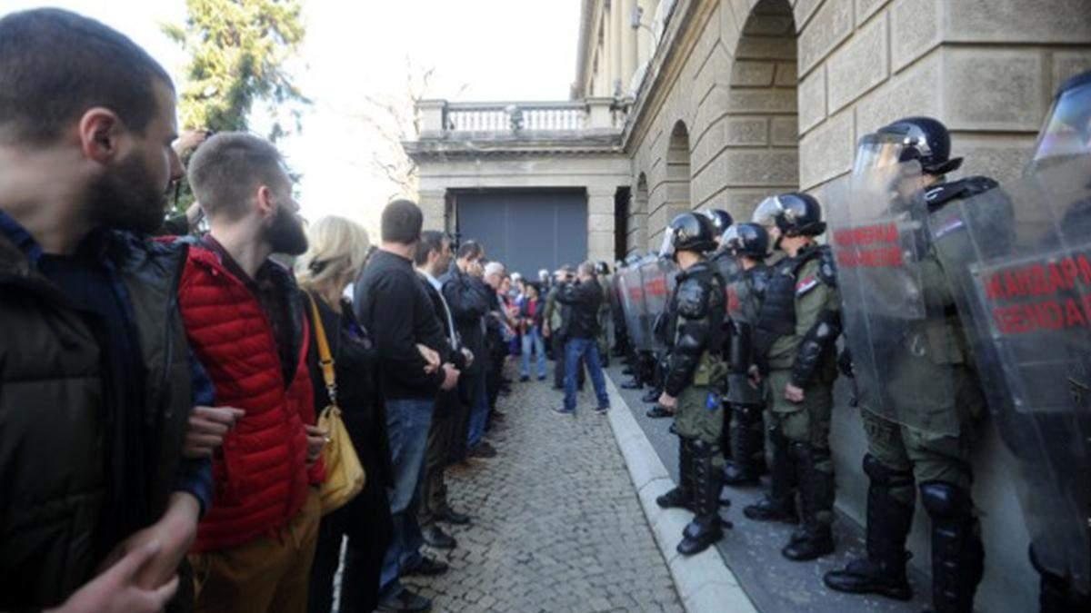 В Сербии протестующие не выпускали президента из резиденции: видео с места происшествия