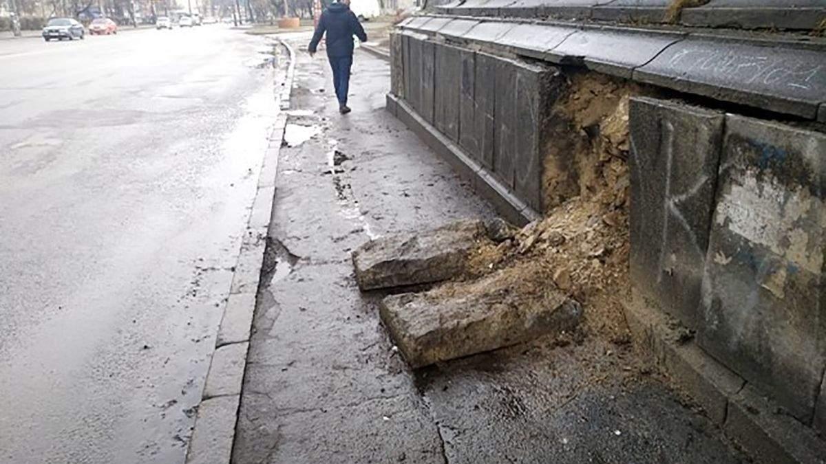 У Києві почав руйнуватись ще один міст: фото