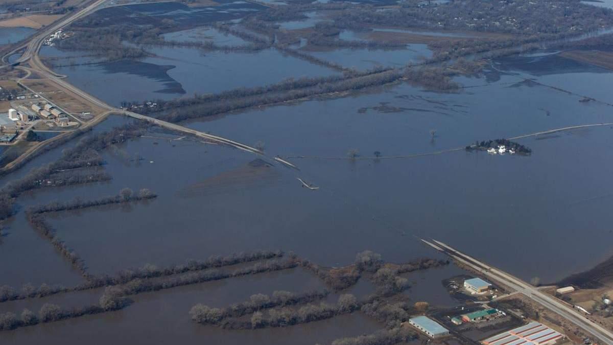 """Повені затопили військову базу США, де були розташовані літаки """"судного дня"""""""