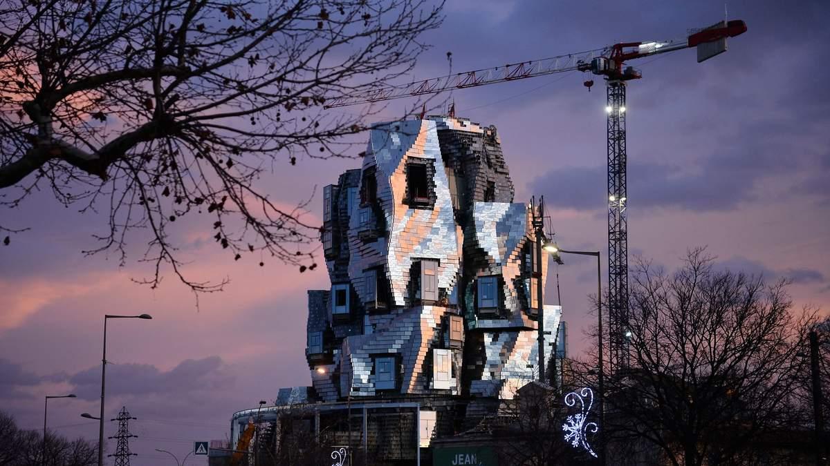 Будівля нового культурного центру у місті Арль на півдні Франції