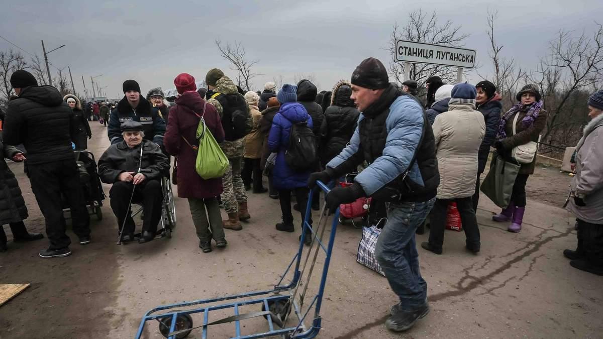 """Як люди тікають з """"ЛНР"""" на територію України: дивіться відео"""