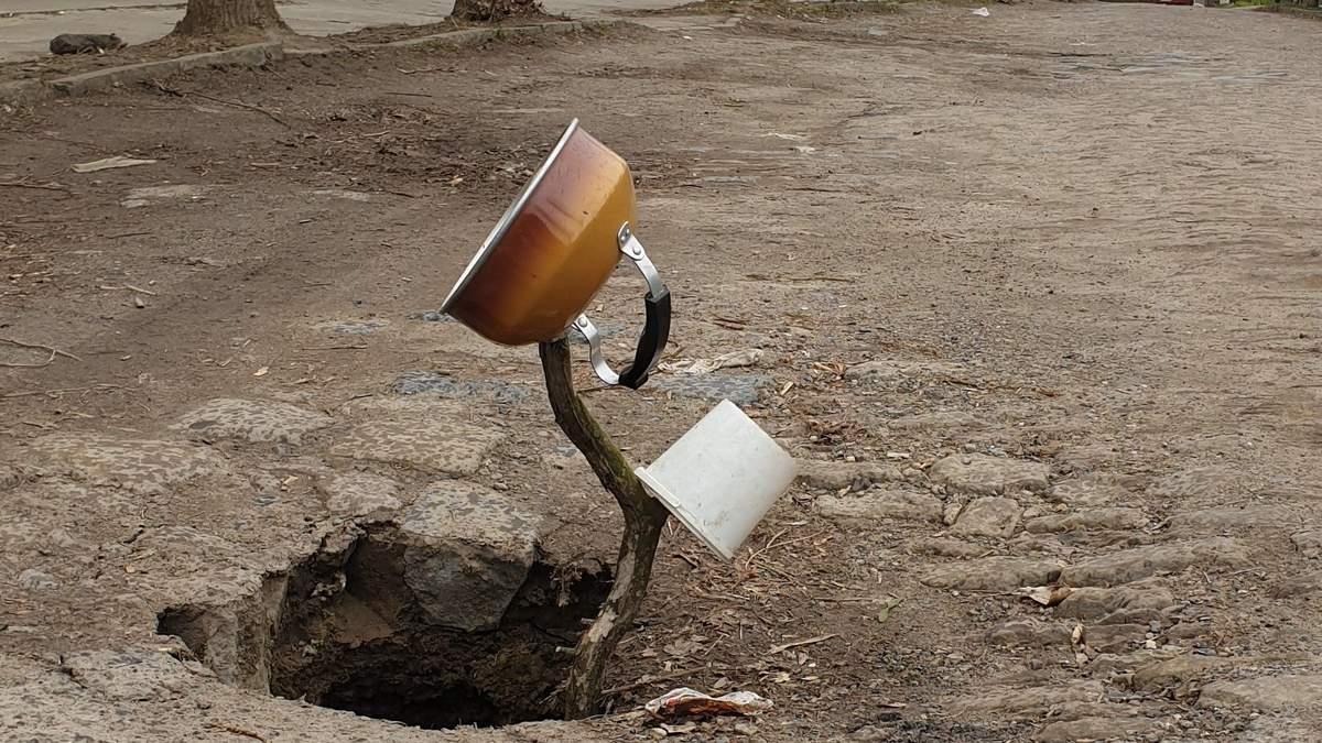 Чайник, універсальний, на паличці: як у Чернівцях перекрили аварійну дорогу – комічні фото