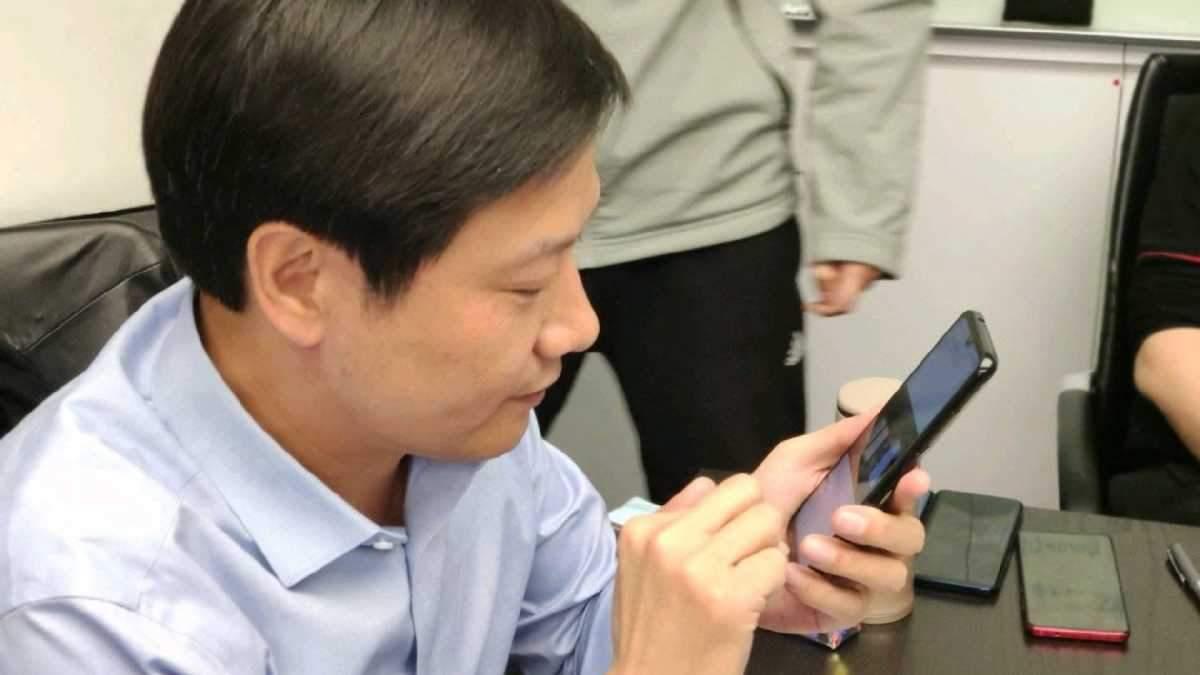 Глава Xiaomi с флагманским смартфоном Redmi
