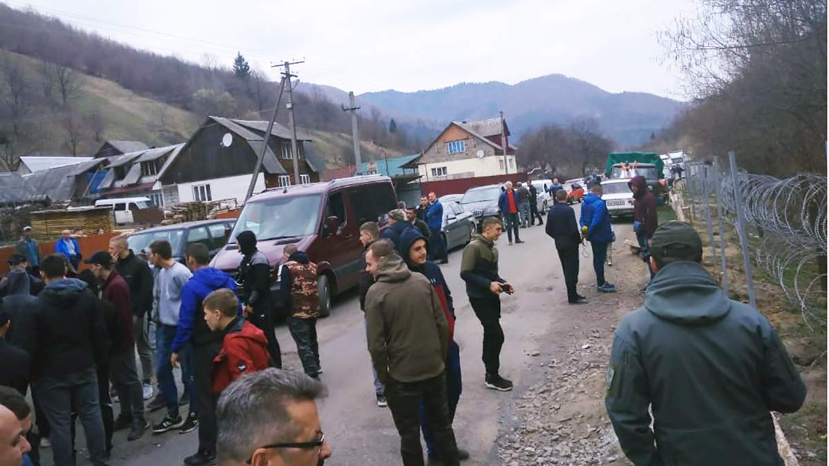 Молодики на Закарпатті заважають прикордонника встановлювати паркан на межі з Румунією