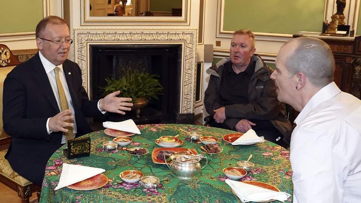 """Жертва """"Новичка"""" Роули (справа) встретился в Лондоне с послом России Яковенко (слева)"""