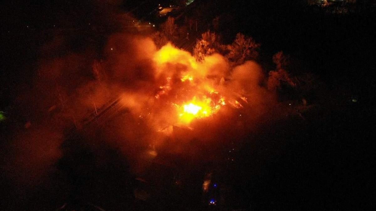 У столичному приватному секторі триває масштабна пожежа
