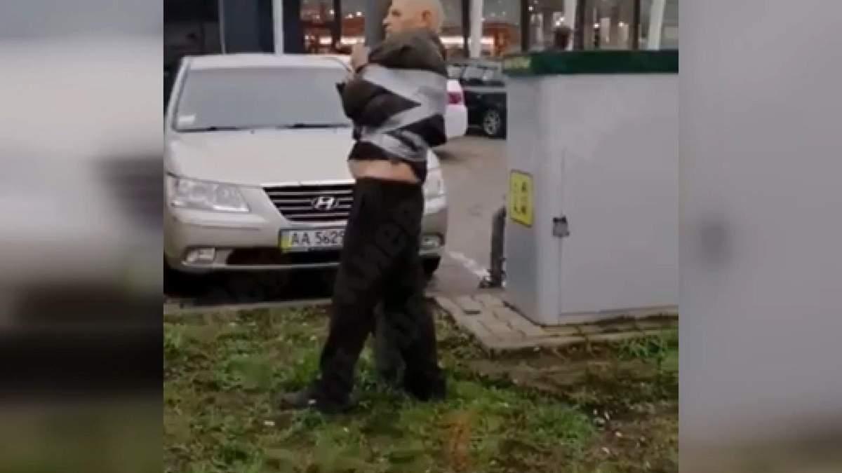 У Києві винуватця ДТП примотали скотчем до стовпа, аби той не втік: відео
