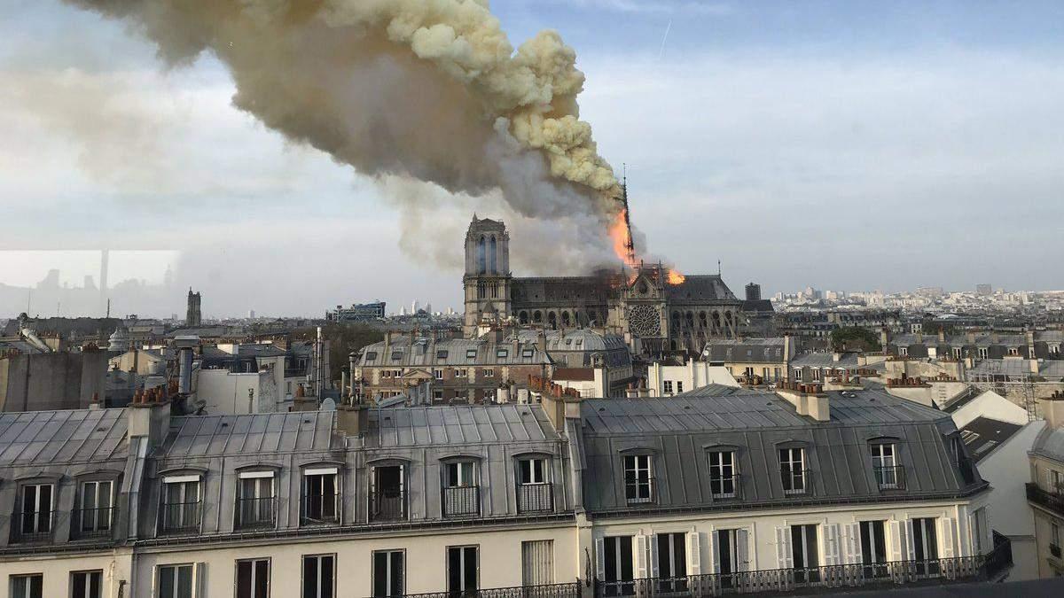 У Парижі загорівся Нотр-Дам: обвалилися шпиль і дах собору – фото, відео
