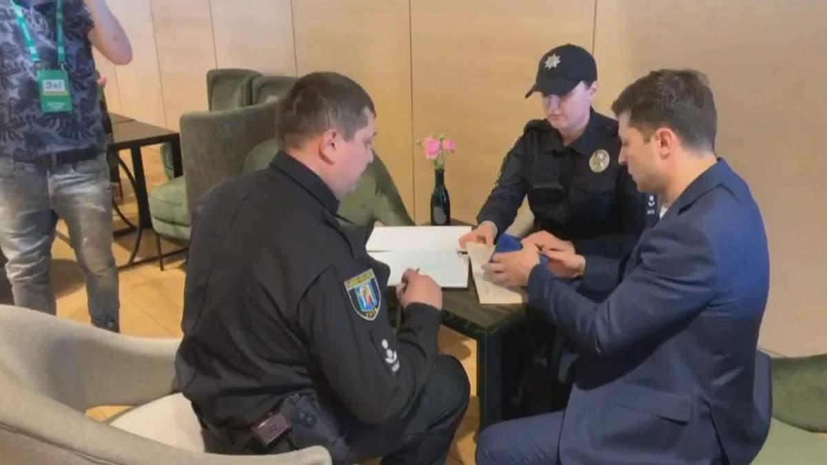 Зеленський показав заповнений бюлетень: йому виписали штраф – відео